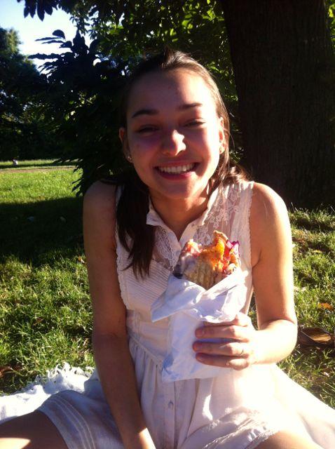 Aftensmad og champagne i Hyde Park med en glad og sød Mette