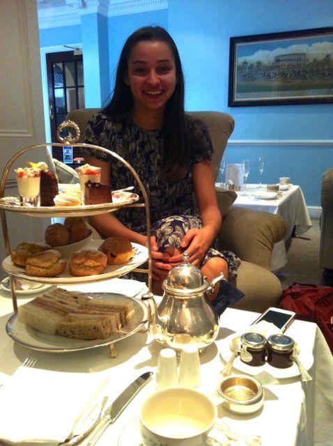 Afternoon Tea på Duke's Hotel. Vi sad der i 6 timer og fik serveret te, fingersandwiches, scones, doughnuts og forskellige kager. Kæmpe oplevelse og meget mætte maver