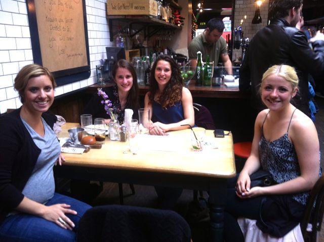 Søde piger fra hhv. Sverige, Canada, England og Danmark. Reunion fra NYC.