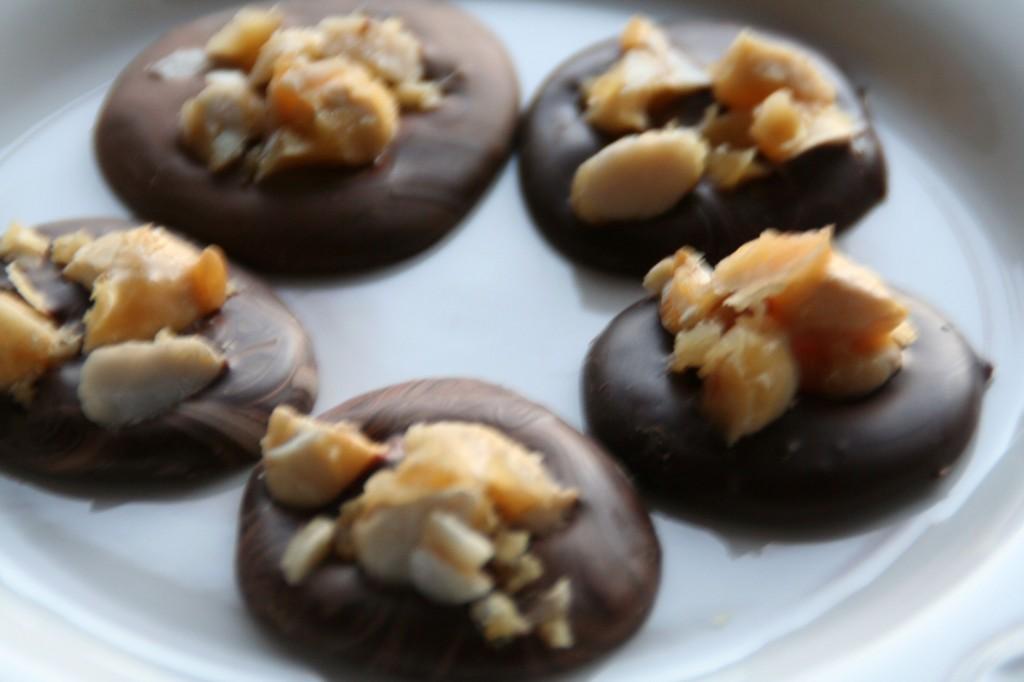 Chokolademedaljer med karamelliserede mandler