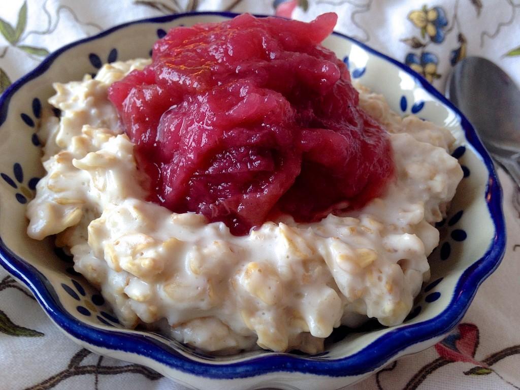 Cremet mandelgrød med hjemmelavet æblekompot
