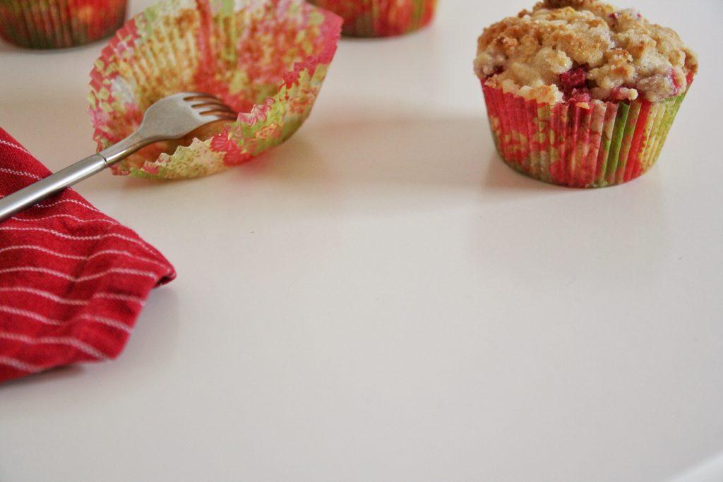 Rabarbermuffins med crumble og lakrids